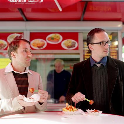 Lennard und Helge von Hauptstadtstudio stehen voll auf Currywurst.